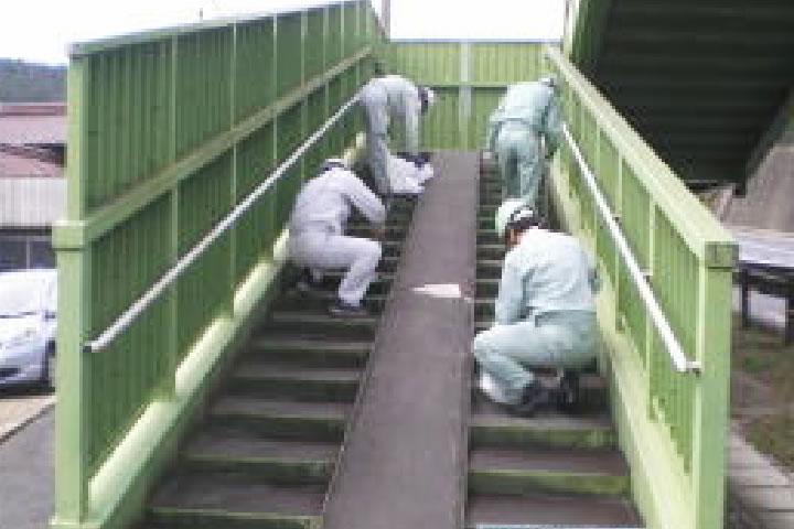 横断歩道橋点検及び清掃ボランティア活動 岐阜県鋼構造物建設協会