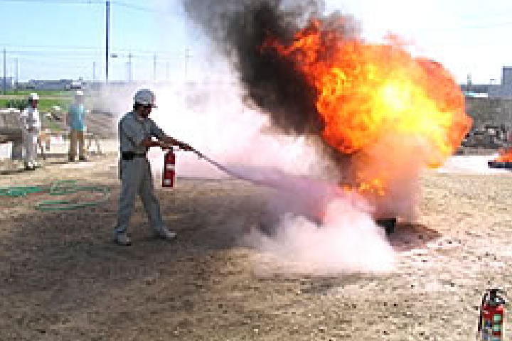 消火実技訓練 工事現場、周辺地域での火災有事の際に、少しでもお役に立つよう開催し、協力業者・近隣のかたと実技訓練をしております。