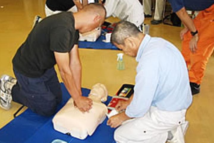 AED使用訓練と地域講習 工事現場、周辺地域での事故・人災・持病発作等の有事の際に少しでもお役に立つよう開催し、協力業者・近隣の方と実技訓練をしております。